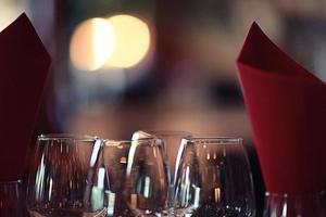 glas vinrestaurang interiör som serverar middag foto