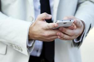 händer med mobiltelefon foto