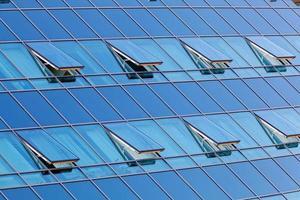 glasfasad med öppnade fönster foto