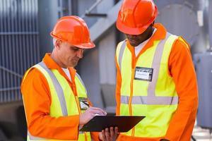 tekniska arbetare som arbetar vid kraftverket foto