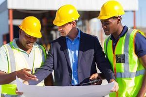 arkitekt och byggnadsarbetare på plats foto