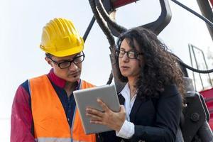 ung kvinnlig ingenjör talar om att arbeta med en arbetare