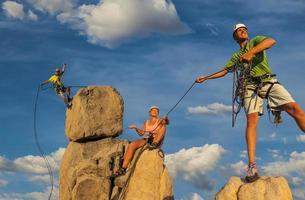 man och hustru klättring team på toppen.