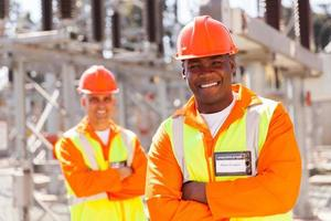 unga afroamerikanska elektrotekniker i transformatorstationen foto