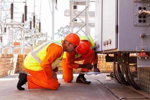 elektriska ingenjörer som arbetar i transformatorstationen foto