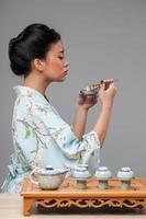 asiatisk kvinna som förbereder teceremonin foto