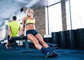 kvinna och man träning med händerna på bänken foto