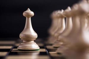 schackstycken på ett schackbräde. foto