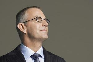 medelålders affärsman i glasögon som ler foto