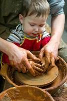 elev vid keramiskt hjul foto