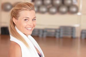 närbild av kvinna med handduk i gymmet foto
