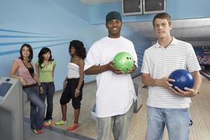 grupp vänner på bowlingbanan foto