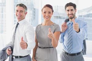 affärskvinna leende medan du är på jobbet foto