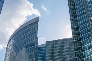 höghus på blå himmel med moln foto