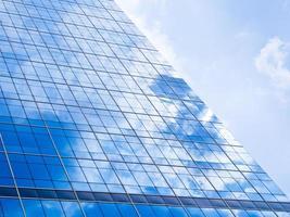 blå bakgrund av hög höghus byggnad skyskrapor foto