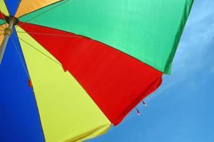 färgglada paraplytält med bakgrund för blå himmel foto