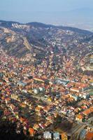 Flygfoto över gamla stan, Brasov, Rumänien foto