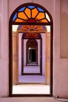 fönster och dörrar inuti Tabatabae traditionella hus, Kashan, Iran foto