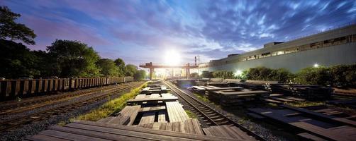 järnväg i skymning foto