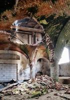 öde medeltida kyrkokällare foto