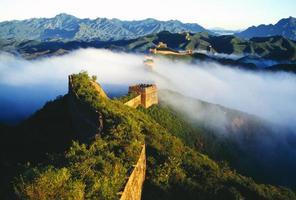 en dimma ovanpå vad som verkar vara den stora kinesiska muren foto