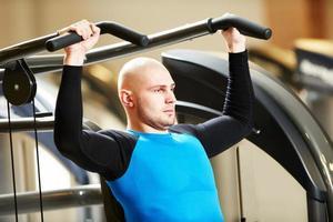 bodybuiler man på gymmet har ett träningspass foto
