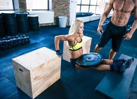 ung fit kvinna träning på gymmet foto