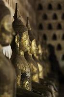 ansikte av buddha i traditionell lao stil foto