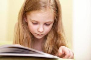 liten flicka som läser