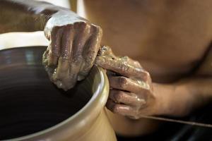 händerna på krukmakaren foto