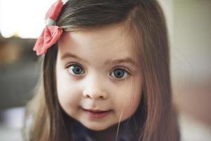porträtt av söt liten flicka med stora ögon foto