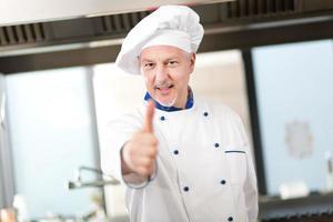 """porträtt av en erfaren kock som gör """"ok"""" tecken foto"""