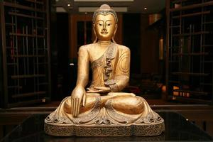 staty av sittande gyllene buddha foto
