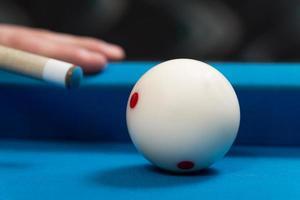 närbild av en vit boll som väntar på att skjuta
