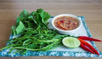chilipasta med råa grönsaker foto