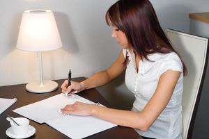 ung kvinna tecken blanck formular foto