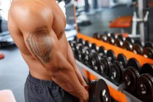 man som tränar med hantel i gymmet foto