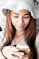 flicka med mobiltelefon foto