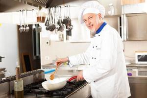 porträtt av en kock i hans kök foto