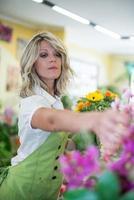 ung blomsterhandlare på jobbet foto