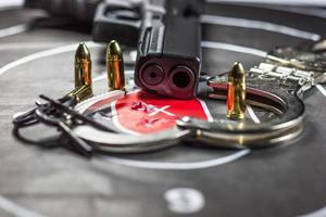 pistolmål som övar skytte
