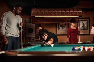 vänner som spelar pool