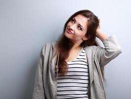 tänkande vacker ung kvinna som håller huvudet och tittar upp foto