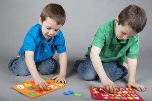 bröder som lär sig alfabetet och siffrorna foto