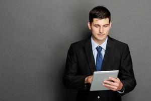 ung affärsman som använder TabletPC foto