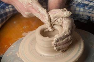 händerna på en keramiker