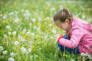 liten flicka som fotograferar med sin smarta telefon foto