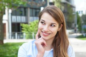drömmer ung kvinna med blont hår utanför foto