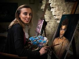 ung konstnär i studio foto