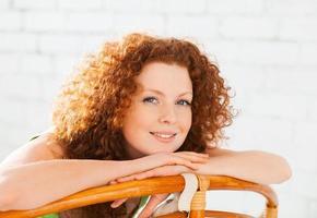 härlig kvinna i ett vardagsrum foto